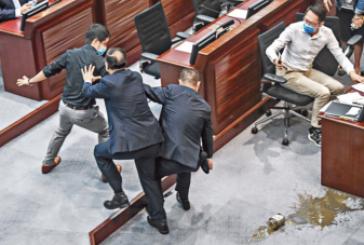 【立法會】阻國歌法潑臭水被控藐視及侵害人身罪 3名前議員今提堂